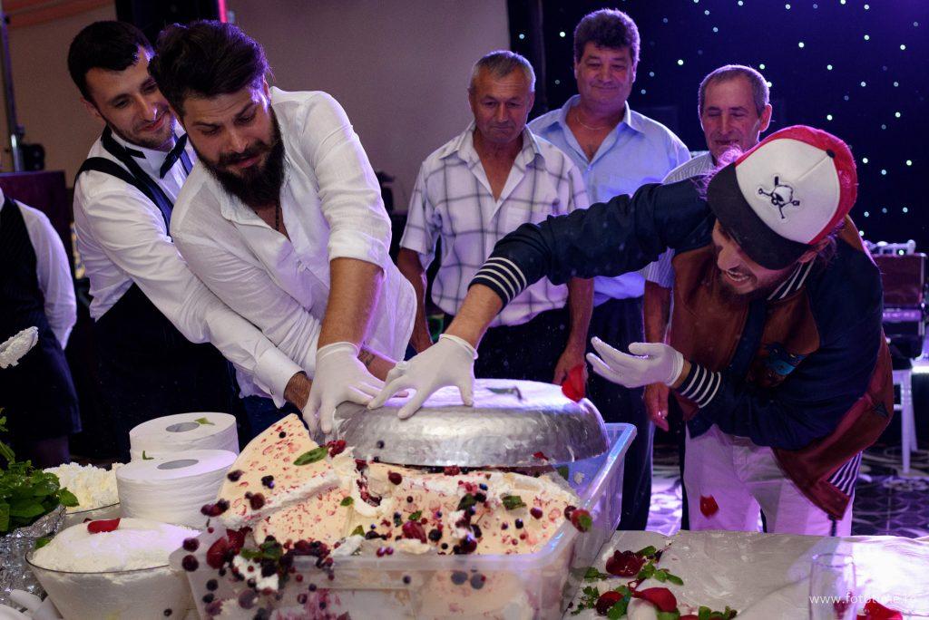 Si-au facut singuri tortul de nunta ajutati de Chef Foa - fototime