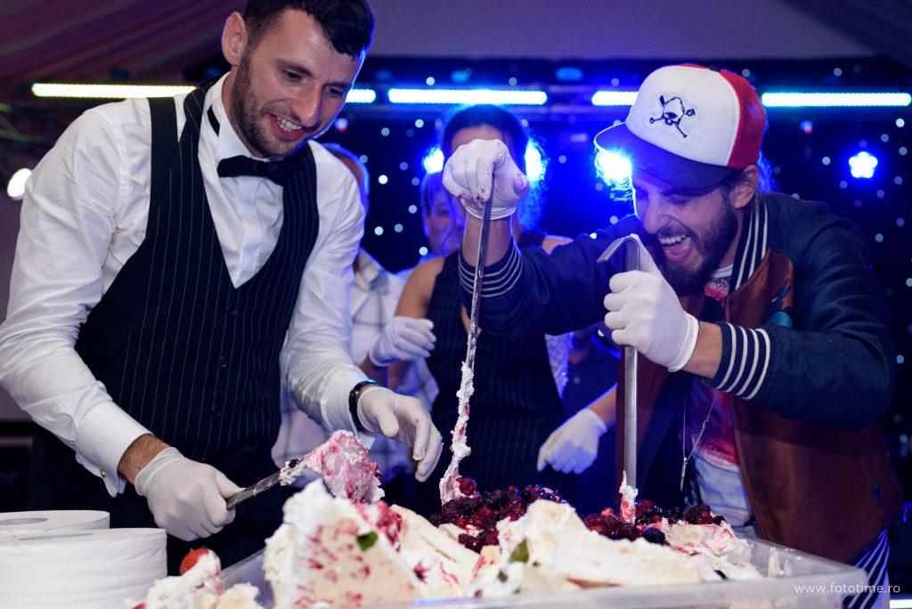 Si-au facut singuri tortul de nunta ajutati de Chef Foa - fototime.ro